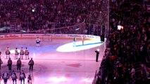 Le micro se coupe et les spectateurs terminent de chanter l'hymne avant un match de Hockey sur Glace !