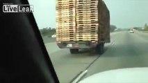 Cette remorque remplie de palettes roule sans son camion sur l'autoroute !