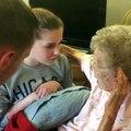 Une petite-fille chante une chanson à sa grand-mère. Très émouvant !