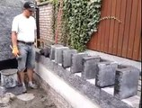 La technique de pose de briques de cet ouvrier est à couper le souffle