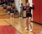 Quand un gymnaste vient défier une pom-pom girl pendant un match !