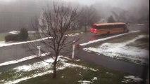 Ce bus d'école descend une rue en glissant en marche arrière sur le verglas !