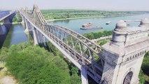 Il roule sur l'infrastructure d'un pont avec son vélo
