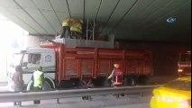 Ataşehir'de Asansör Taşıyan Kamyonet Alt Geçitte Sıkıştı