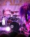 Un batteur vomit en plein concert