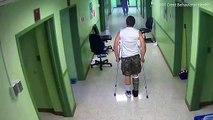 Un infirmier frappe un patient en béquilles