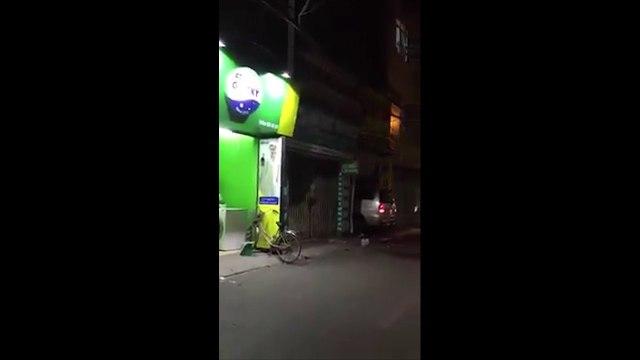 Hà Nội: Chiếc xe ô tô liên tiếp lao thẳng vào nhà hàng xóm khiến nhiều người dân hoảng loạn