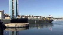 La barge du convoi ITER franchit le cenal de Caronte.