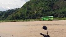 Ce chauffeur de bus scolaire prend d'énormes risques pour traverser une rivière en crue... Dingue