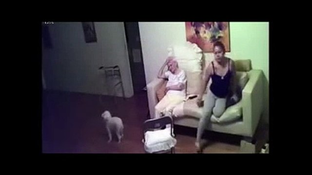 depuis 3 ans, elle entend des bruits suspects chez sa grand-mère. en installant une caméra cachée, elle découvre l'horre