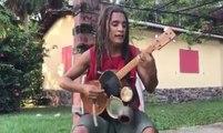 Il reprend du Bob Marley et joue de plusieurs instruments en même temps !
