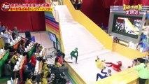 Jeu télé japonais : grimper un escalier glissant