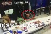 Ce conducteur d'un camion a passé un sale moment : crash dans un magasin puis coup de portière dans la tête !