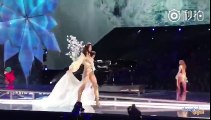 Le top model chinois Ming Xi tombe en plein défilé Victoria's Secret