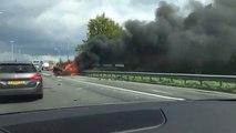 Cette voiture en feu explose au moment ou ce conducteur passe à coté... Fou