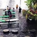 Dans ce restaurant les clients ont les pieds dans l'eau, face à une chute d'eau magnifique