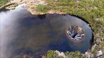 Ce lac se vide par un trou au milieu de l'eau - Vue aérienne du Covão dos Conchos au portugal