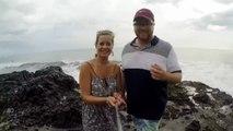 Ce couple fait un selfie en mode NOYADE... Grosse vague pas prévue