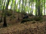 Grosse chute en quad pour cet homme en sortie dans les bois