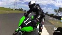 Ce motard se fait cogner par un concurrent à pleine vitesse et chute lourdement... pas fairplay du tout