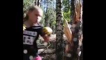 Cette petite fille qui défonce un arbre est très impressionnante