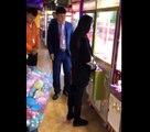 Le gérant d'une salle d'arcade se fait une frayeur en voyant une fille dévaliser une machine à pince