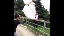 Quand la mariée veut marcher sur la rampe avec sa belle robe... Et bim, la chute