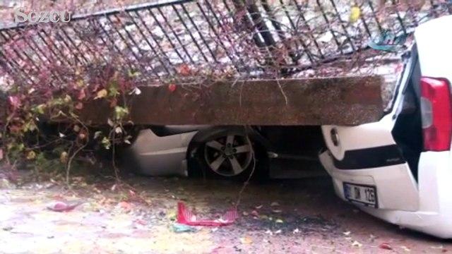 İstinat duvarı çöktü araçlar toprak altında kaldı