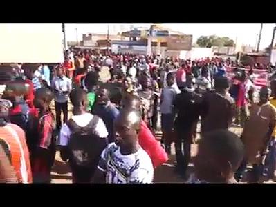 Macron en Afrique: Vous ne verrez Jamais Ces images de ces jeunes révoltés dans les grandes chaînes
