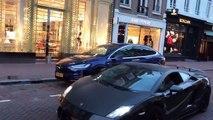 Ο Tesla του Lamborghin είναι νεκρός για ένα λεπτό δίπλα στο αυτοκίνητο. Ο Tesla συγκεντρώνει την προσοχή του στο show του.