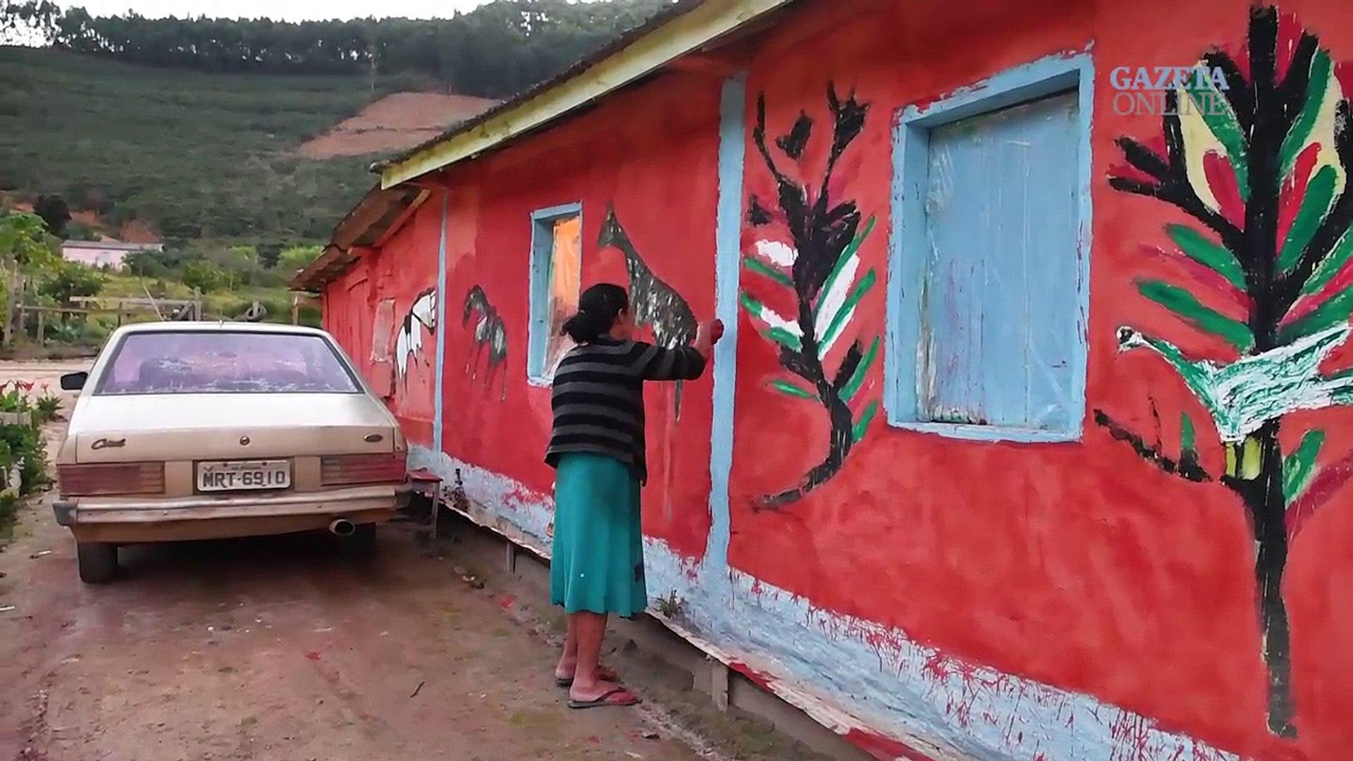 Senhora pinta a casa com desenhos autorais