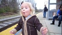 Magique le sourire de cette fillette qui attend le train !