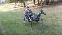 The Walking Machine, un homme en calèche tiré par une machine qui marche