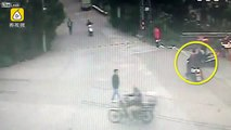 Pickpocketer gets kicked off a motorcycle by the victim and pinned to the ground