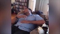 Le reflexe de ce papa endormis quand il entend bébé pleurer est adorable...