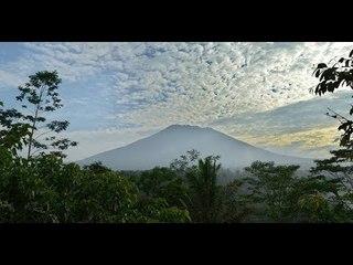 Thousands flee rumbling Mount Agung