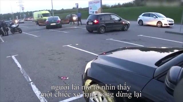 Người đàn ông đuổi theo ô tô để trả lại túi rác chủ xe vứt ra đường