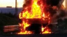 Incendio de un camión en Castropol, Asturias, junto a una gasolinera