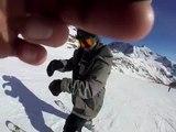 Un skieur glisse en arrière sur le bout des skis