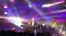Un artiste ultra orthodoxe se cache les yeux durant un concert pour ne pas regarder les femmes