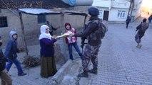 Diyarbakır'da Uygulama Yapan Polislere, Mahalleli Kadınlar Tandır Ekmeği İkram Etti