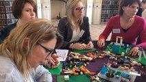 En séminaire, des experts comptables utilisent des briques Lego