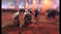 Papy et Mamie claquent une danse dans un casino et ils sont très très chauds