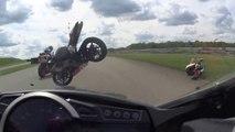 Ce pilote se prend une moto volante en pleine face pendant la course