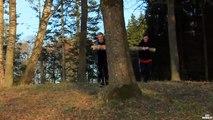 Deux-abrutis-essaient-de-briser-une-branche