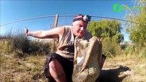 Cet homme met sa tête dans la gueule d'un crocodile et filme tout comme si vous y étiez...