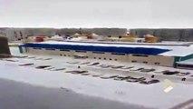 Des tonnes de neige se fracassent sur des voitures sous le toît d'un bâtiment !