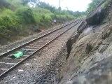 Ce débile se couche sur la voie ferrée alors qu'un train passe...