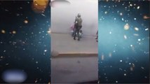 El espíritu navideño tocó a este militar y le regaló un juguete a un niño mendigo