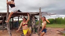 Trois «filles» dansent de façon WTF sur trois bouts de bois
